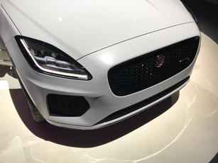 L'emblème -le plus gros de l'histoire Jaguar- abrite le radar du régulateur de vitesse adaptatif