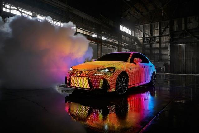 Lexus colle 41999 LED sur une berline IS