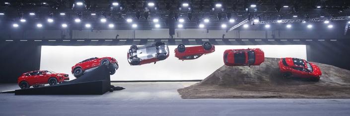 Jaguar E-Pace: déjà un record du monde à son actif, avec une cascade impressionnante