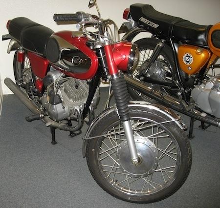 Deux motos Bridgestone au Salon Moto Légende