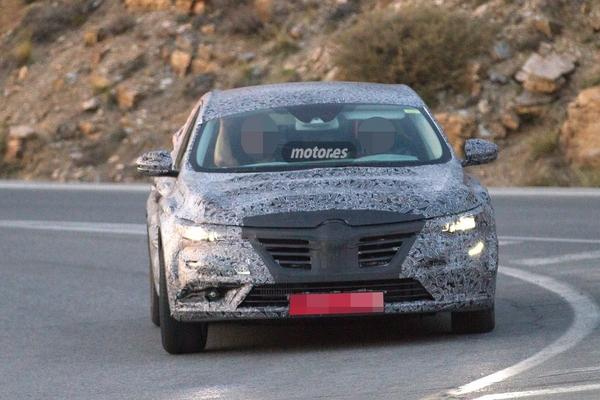 S7-Surprise-la-remplacante-de-la-Renault-Laguna-de-plus-pres-348339
