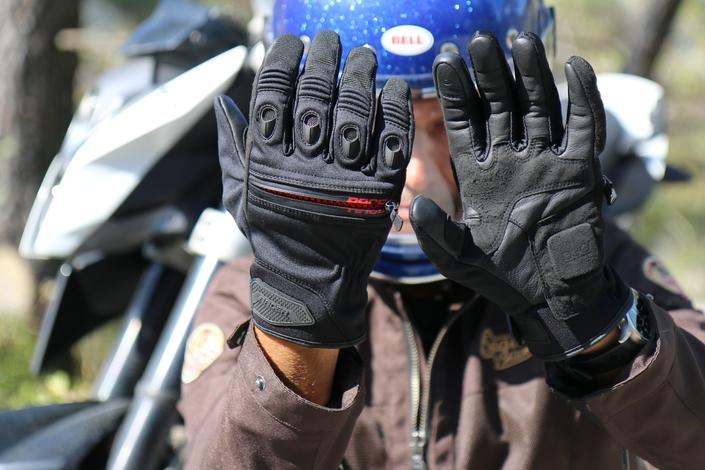 Témoignages sur le port des gants : la FFMC lance un appel