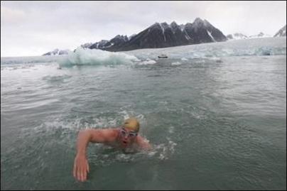 Pôle Nord : un Britannique nage pour lutter contre le réchauffement climatique