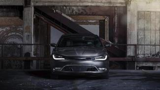 Chrysler 200 : les photos officielles s'enfuient