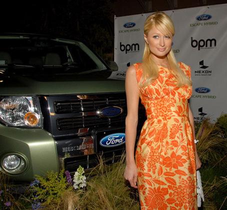 Paris Hilton s'affiche avec sa nouvelle Ford Escape Hybrid