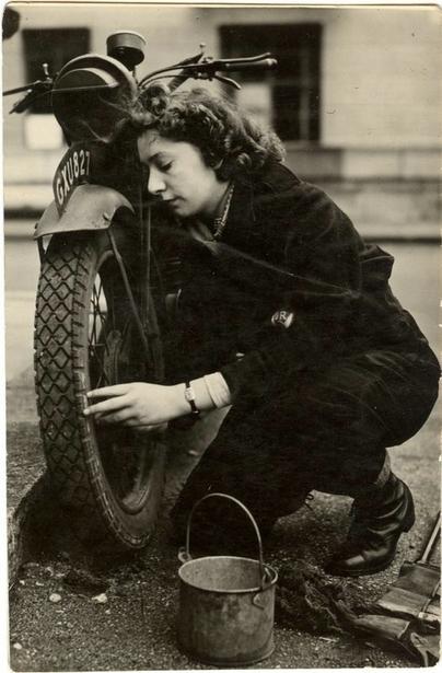 Images d'antan : une grand mère motarde pendant le London Blitz