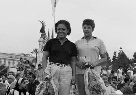 Louisette, αριστερά, με συμπαίκτρια την Marie-Louise Mermaud, στο τέλος του 13ου Tour de France.