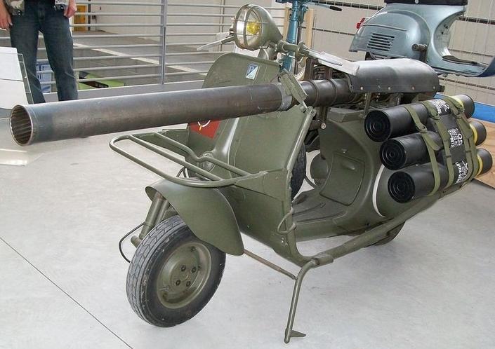 Un tout en tole pour circuler sur Paris S1-insolite-les-vespa-lance-roquette-de-l-armee-francaise-687563