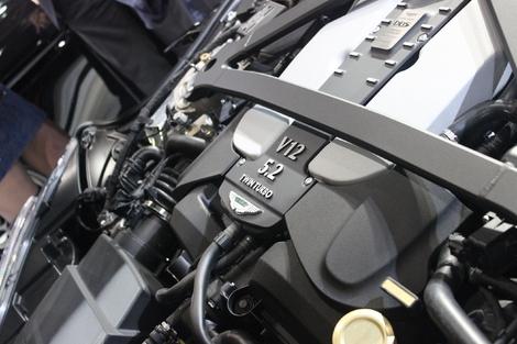 Le V12 bi-turbo poussé à 725 ch et 900 Nm de couple. Une pièce d'ofèvrerie, portant une plaque signée de l'ouvrier qui l'a monté !