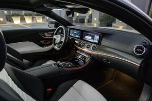 Pour égayer la présentation, Mercedes propose en option un éclairage LED qui laisse le choixentre 64 couleurs.