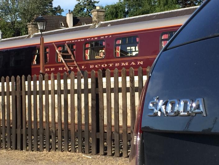 De manière asez subtile, Skoda a voulu associer son image à celle d'un ancien train de luxe.
