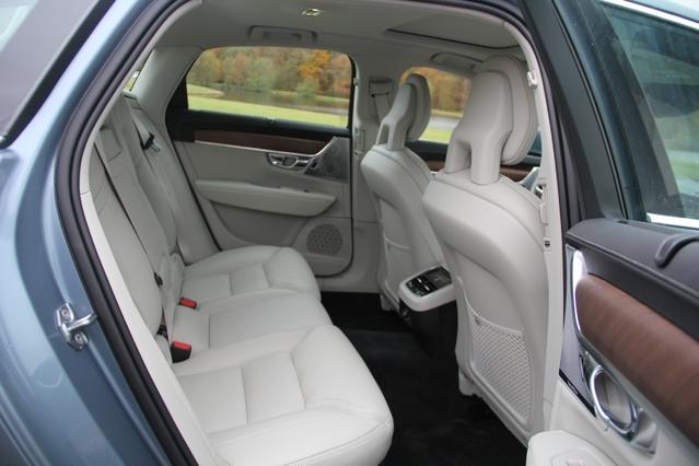 L'espace aux places arrière est généreux pour 2 passagers.