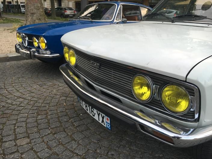 Spesso le auto dotate di fari piccoli e rotondi non possono essere dotate di grandi fari gialli.  Qui, l'Alfa Romeo 2000 GTV Bertone e la Fiat 132 GLS.