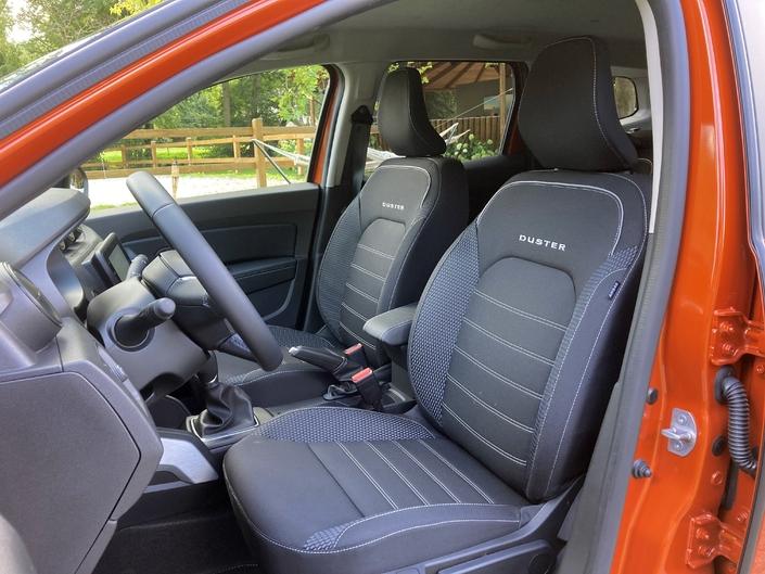 Los asientos delanteros rediseñados cuentan con reposacabezas Clio.  También está surgiendo el almacenamiento entre los dos asientos.