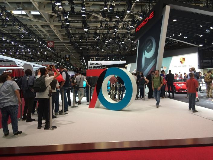 La longue queue chaque jour pour accéder au stand Porsche résume bien ce salon.
