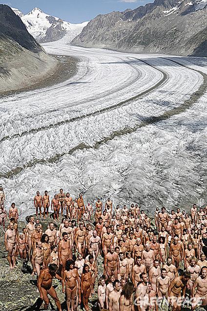 Greenpeace : 600 personnes posent nues pour dénoncer le réchauffement climatique