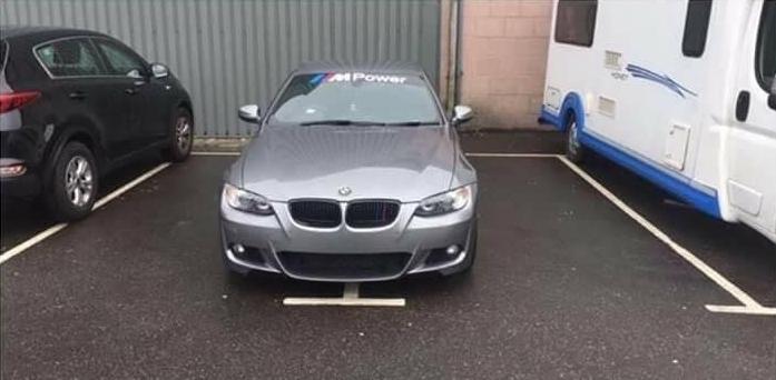 Il prend deux tickets de parking pour sécuriser sa BMW