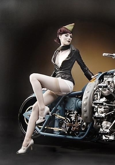Moto & Sexy : Candee a une drôle de moto !