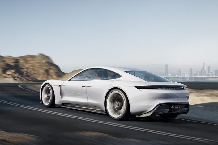 Porsche lancera dans trois ans une berline 100 % électrique.