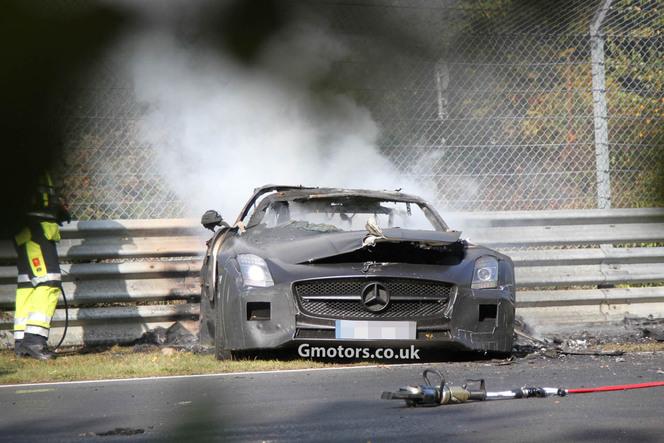 Un prototype de Mercedes SLS AMG Black Series se crashe et brûle sur la Nordschleife