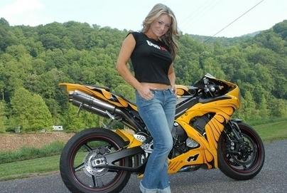 Moto & Sexy : Yamaha R1 et public enflammé pour la jolie blonde