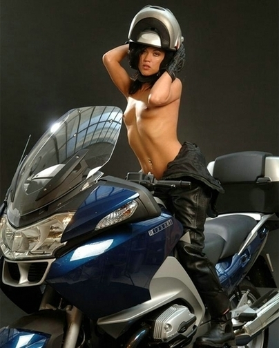 Moto & Sexy : Cachée sous son jet avec sa grosse ... BMW R1200RT