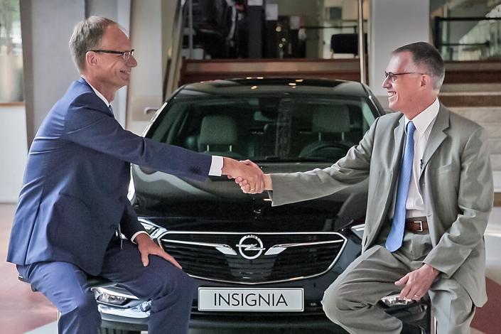 Michael Lohscheller, PDG d'Opel, et Carlos Tavares, Président du directoire de PSA.