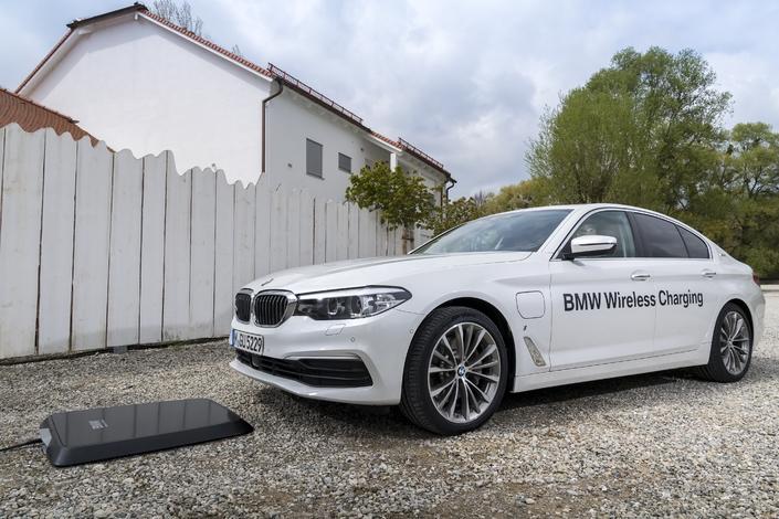 La BMW 530e iPerformance (hybride plug-in) peut recharger sa batterie par induction. 3h30 permettent de récupérer les 36 km d'autonomie électrique, contre 3 heures sur une prise de courant classique. L'option plate-forme est facturée 900 €, somme à laquelle s'ajoutent le Park assist obligatoire (1 150 €) et la location de la plaque (montant non communiqué). Celle-ci peut être installée à l'extérieur et supporte un poids de 800 kilos. Elle est aussi partageable avec d'autres véhicules identiques, ce qui peut intéresser les gestionnaires de flottes.