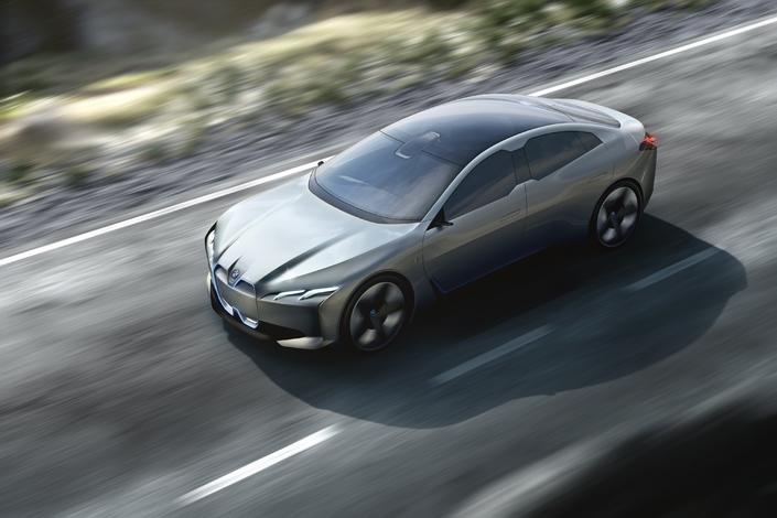 25 modèles électrifiés seront commercialisés par BMW d'ici à 2025, dont 12 seront des 100% électriques. Le concept i Vision Dynamics (photo ci-dessus), dévoilé en septembre 2017 au salon de Francfort, trouvera ainsi un prolongement en série en 2021. La voiture s'appellera i4. Elle devrait offrir un rayon d'action supérieur à 500 km et une autonomie de niveau 3. Notez au passage que la marque a déjà déposé les appellations de i1 à i9, de même que de iX1 à iX9.
