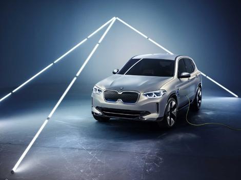 270 ch et 400 km d'autonomie WLTP annoncés pour le BMW iX3 qui sera commercialisé en 2020. Ce modèle 100% électrique dérivé du X3 trouvera sur son chemin les Audi e-tron et Mercedes EQC.