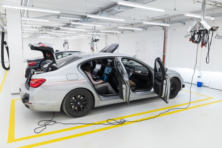 Comme tous les constructeurs, BMW avance rapidement sur la voie de la voiture autonome. A cette fin, il a même lancé un campus consacré à ce thème près de Munich. Une flotte de Série 7 bardées de capteurs accumule les kilomètres et enregistre des quantités impressionnantes de données. Chaque jour, un de ces protos enregistre quelques 74 terabits de données (10 puissance 12 !). L'objectif annoncé par le constructeur est de faire parcourir 240 millions de kilomètres sans accidents à ces voitures d'ici 2021, année où il lancera un véhicule autonome préfiguré par le concept-car iNext (photo ci-dessous), dont volant et pédales se rétractent pour un gain de place lors des phases de conduite déléguée.