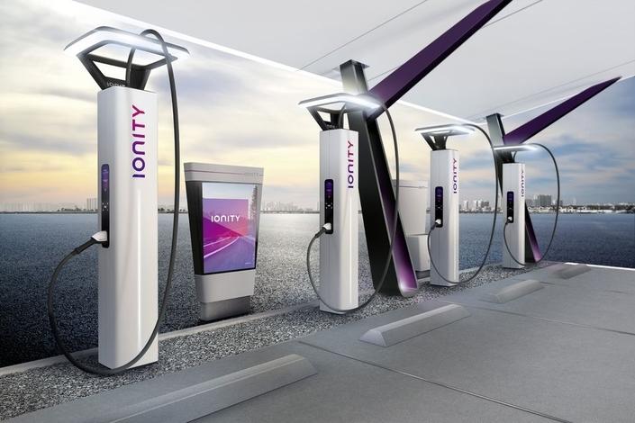On dénombre environ 25 000 bornes de recharge électriques en France, dont 15 000 sont accessibles via différentes cartes d'abonnement (une complexité qui nuit d'ailleurs à l'essor des motorisations électriques). La formule d'abonnement ChargeNow fournie par BMW permet d'utiliser directement 9 000 d'entre elles. La marque est aussi actrice depuis 2015 du réseau Corri-door de recharge rapide installé sur autoroutes en France (200 bornes implantées tous les 80km qui permettent une recharge en 20 à 30 minutes). Par ailleurs, BMW (avec Daimler, Ford et le groupe Volkswagen) est aussi l'un des membres du réseau Ionity de recharge ultra-rapide, qui se déploie progressivement en Europe. Objectif : 400 stations de charge rapide (puissance de 350 kW) à travers 19 pays à partir de 2020.