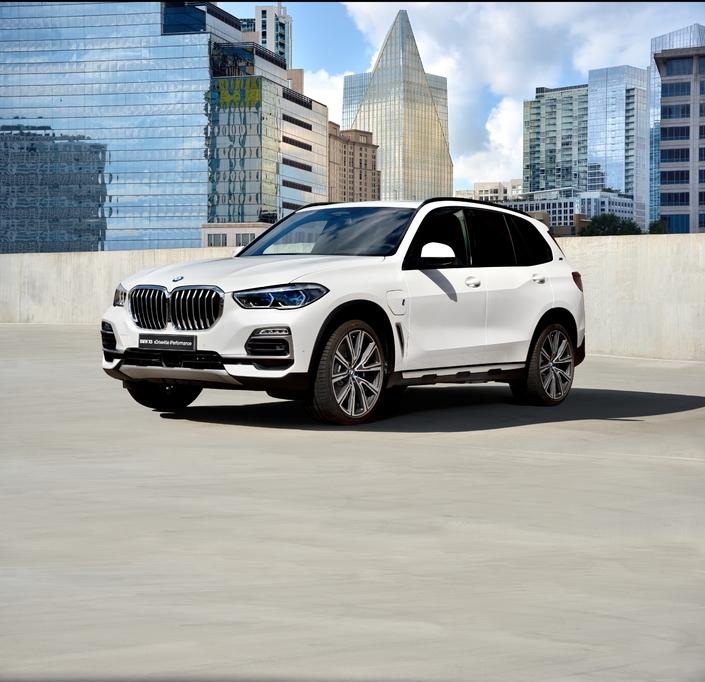 Le nouveau X5 se déclinera bien sûr en une version hybride rechargeable, baptisée X5 xDrive45e iPerformance (!). BMW annonce une autonomie électrique de 80 km, une consommation mixte de 2,1 l/100 km et des émissions de CO2 de 49g/km. Pas mal, pour une voiture de plus de deux tonnes et développant 394 ch… Retenez en passant que celle-ci se dote d'un 6 cylindres, car le 4 cylindres du précédent X5 hybride n'était pas jugé assez haut de gamme par une partie de la clientèle. Lancement prévu en cours d'année prochaine.