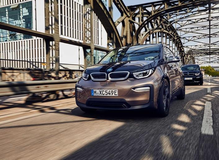 6 000 exemplaires de l'i3 ont été immatriculés en France. La citadine électrique dispose depuis peu d'une batterie de 42,2 kWh. Sachant que la consommation annoncée est de 13,1 kWh/100 km, l'autonomie s'établit à environ 360 km selon le cycle NEDC (valeur correlée). Comptez 15 heures de recharge pour récupérer 80 % de l'autonomie via une prise murale, et 3,2 heures via une wallbox. Notez que l'adoption d'une batterie à plus grande capacité conduit BMW à supprimer l'option Range Extender, qui séduisait tout de même 40% de la clientèle française de l'i3 (mais 24% dans le reste du monde).