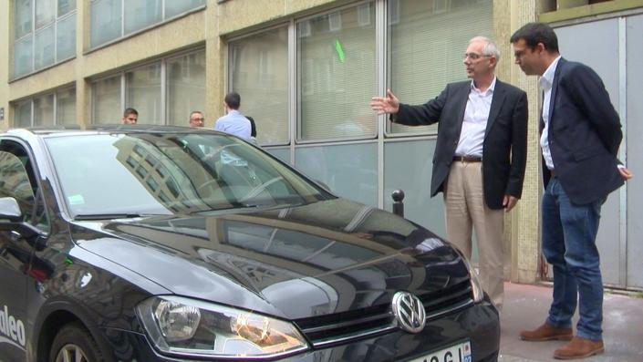Guillaume Devauchelle et votre serviteur devant un prototype de voiture autonome à bord de laquelle Caradisiac a roulé sur le périphérique parisien.
