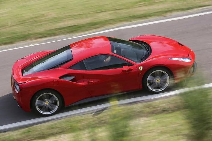 Un homme critiqué pour avoir déposé son fils à l'école en Ferrari