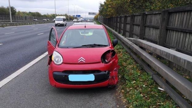 Il prend l'autoroute avec une Citroën accidentée