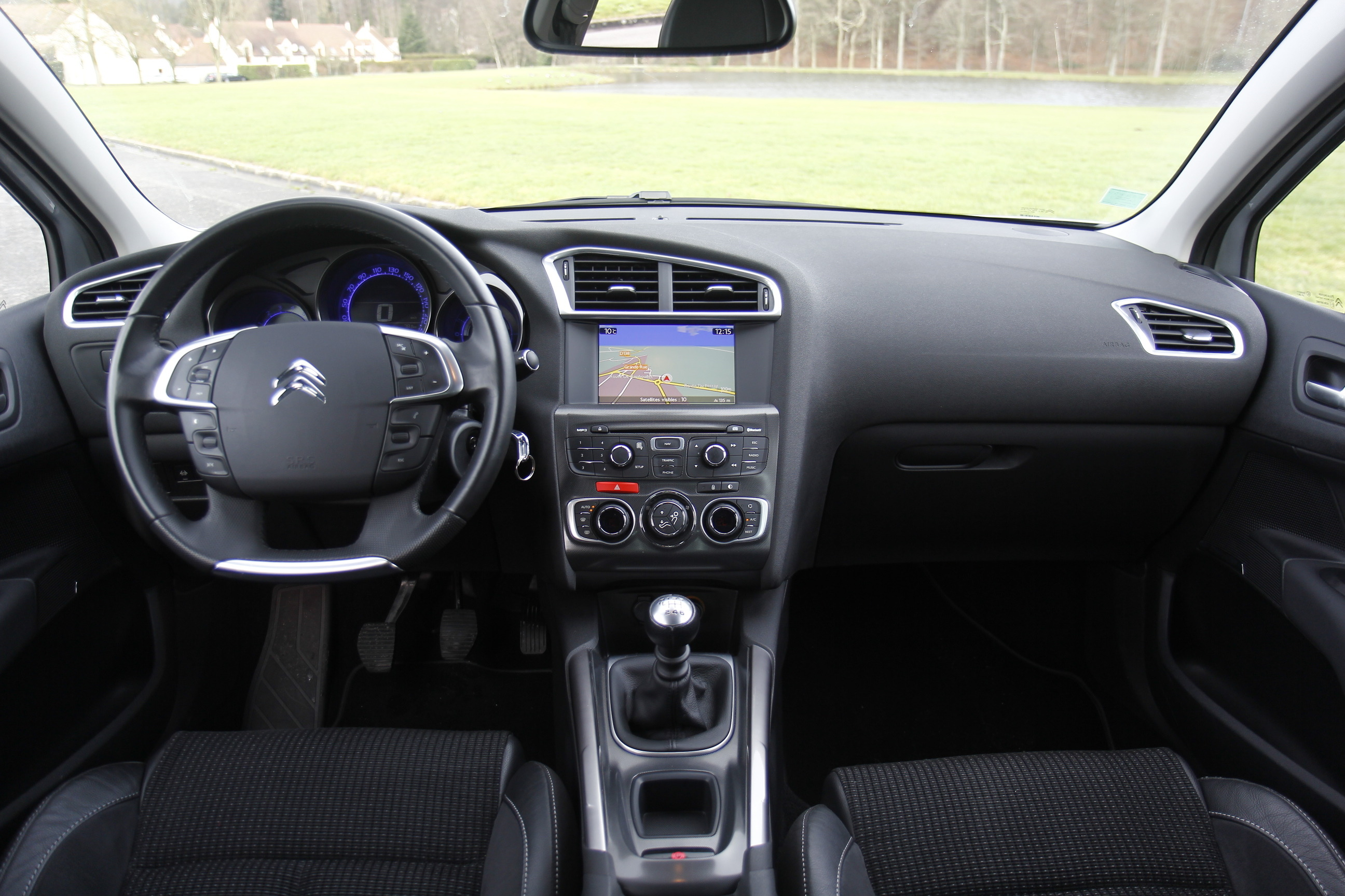 Comparatif vid o peugeot 308 renault m gane citro n c4 for Photo en interieur
