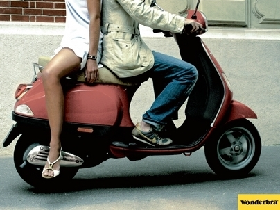 Photo du jour (pub) : Porter un Wonderbra et faire du scooter