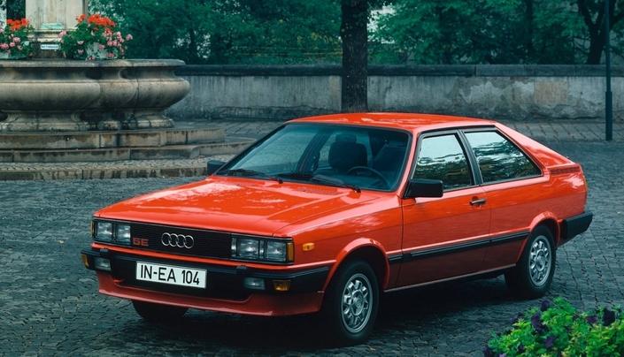 Une Audi Coupé GT 5E en 1982, dotée des antibrouillards sur les pare-chocs et des jantes alu, qui la distinguent de la GT 5S.