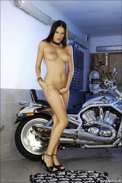 Moto & Sexy : Zuzana au garage en Harley-Davidson