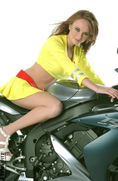 Moto & Sexy : YZF R1 et petite tenue jaune voyant