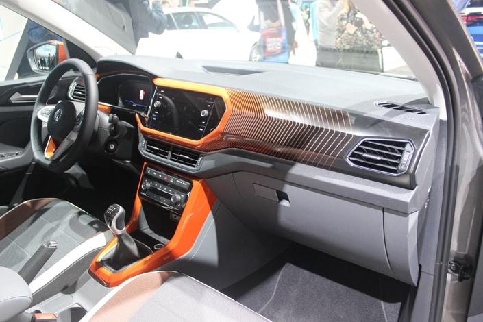 La planche de bord est très proche de celle de la Polo et peut recevoir une instrumentation 100% numérique, et des placages colorés qui égayent l'ambiance, comme cet orange proposé sur un des modèles présents sur le stand.