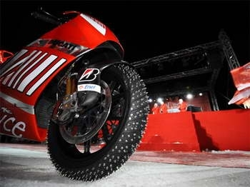 Vidéo Moto : plus fort qu'Holiday on Ice : la Desmosedici RR sur glace