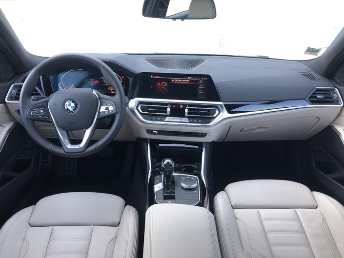 Le poste de conduite est ergonomique, fonctionnel et la qualité de présentation est au rendez-vous.