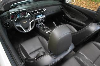 Comparatif vidéo - Chevrolet Camaro Cabriolet vs Caterham R300 Superlight : deux recettes, une même passion