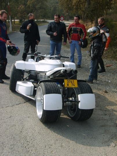Rencontre avec les Quadrazuma et Triazuma GT déjà sur routes pour quelques chanceux motards en balade.