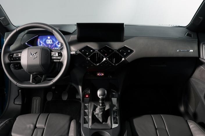 Les aérateurs du DS3 Crossback sont repoussés sur les portières afin de donner une plus grande impression d'espace à bord, et un soin particulier a été apporté aux commandes. Appréciez l'intégration des commandes sensitives sur la console centrale, regroupées sous la forme de losanges dans un dessin qui avec les aérateurs rappelle les anneaux olympiques. Le poste de conduite à affichage numérique est fourni d'office sur le DS3.