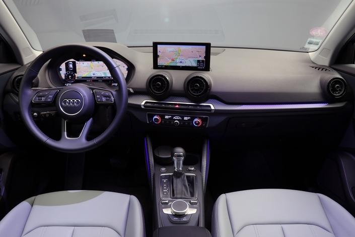 Dans l'habitacle, on évolue chez Audi en terrain connu: matériaux léchés, assemblages millimétrés et ergonomie sans failles. Pas de surprise à bord, si ce n'est la possibilité d'ajouter des notes de couleur égayant l'ensemble. Le modèle photographié se voit doté de l'excellent - mais optionnel - Virtual cockpit.