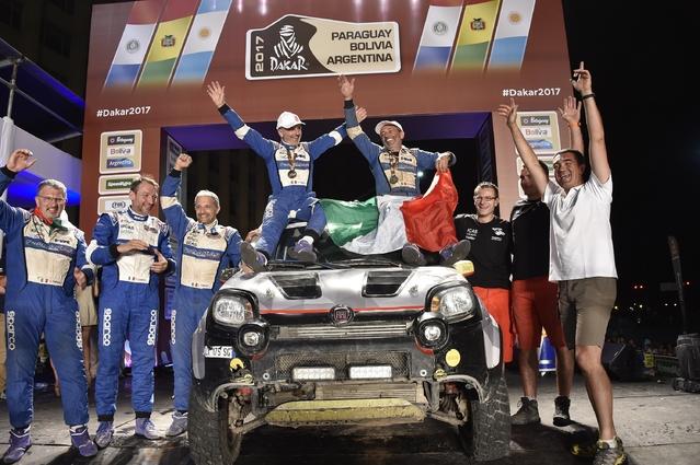 Une Fiat Panda (presque) de série en termine avec le Dakar
